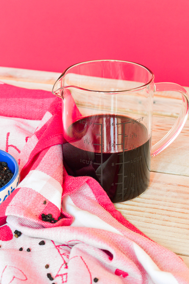 A tutorial on how to make homemade elderberry syrup for immune-boosting during cold and flu season #healthy #elderberry #healthyliving #fluseason